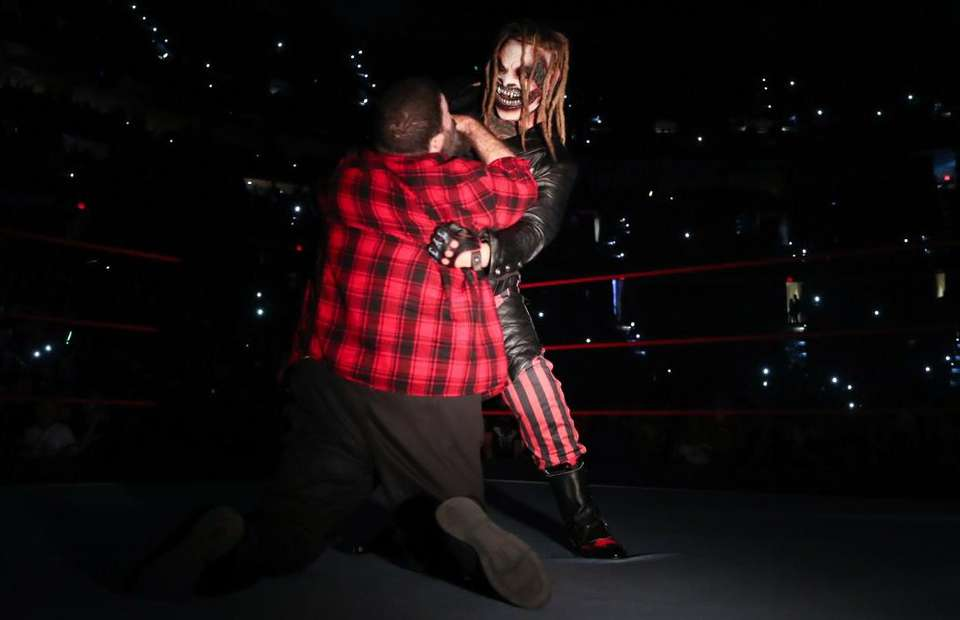The Fiend ataca a Mick Foley en su debut en WWE.