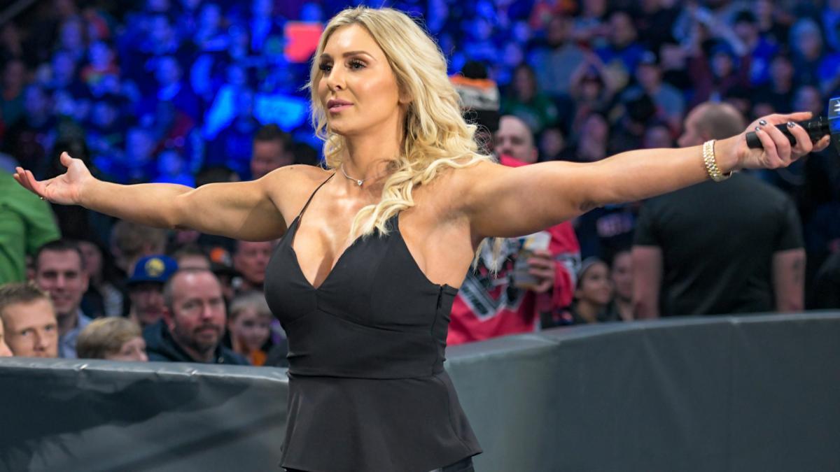 Charlotte Flair advierte a Corey Graves