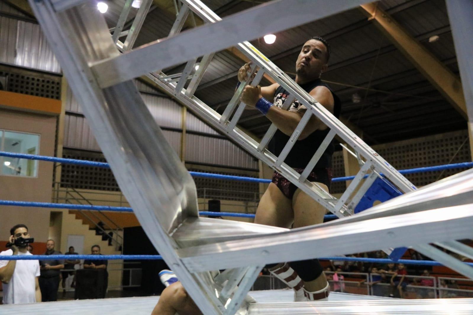"""The Precious One"" Gilbert vs Eddie Primo Colón Lucha de Escaleras en WWC 6"