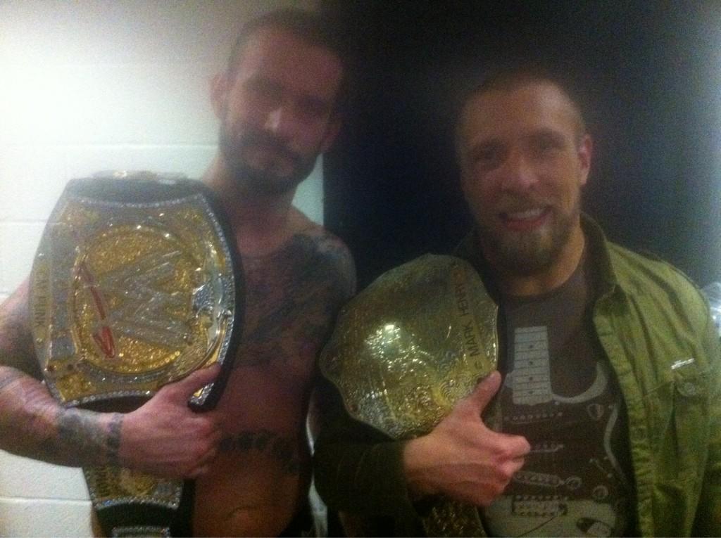 Dos Campeones Independientes: CM Punk, WWE Champion y Daniel Bryan, WWE World Heayvweight Champion (18.12.11) / Twitter.com@CMPunk