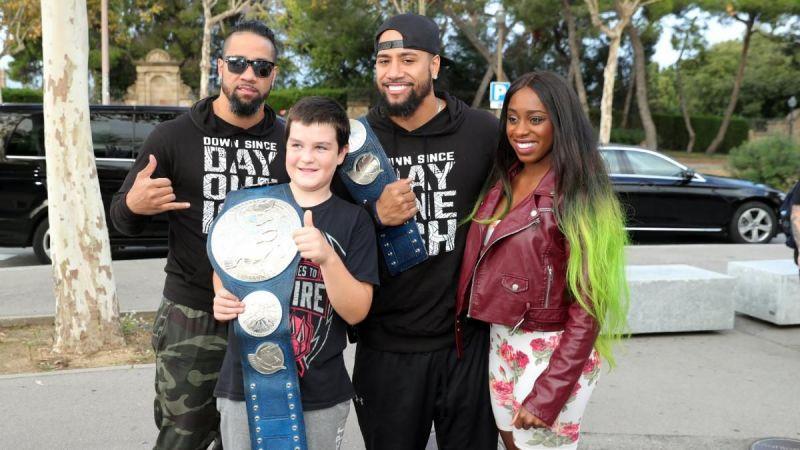 The Usos y Naomi con un fan