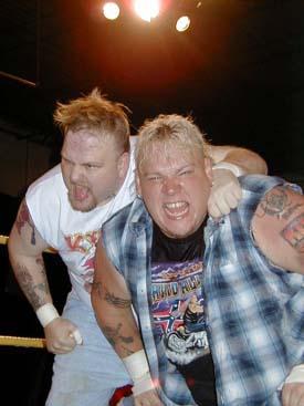 Con su compañero de combates extremos, Axl Rotten.