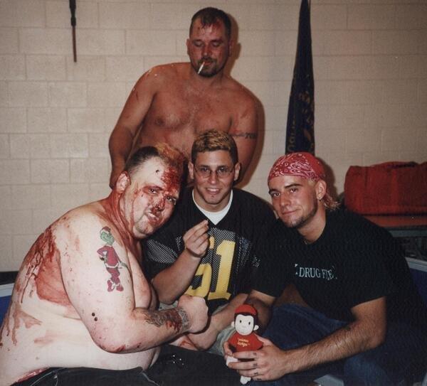 Rotten junto a CM Punk y Colt Cabana en los vestuarios de IWA Mid-South.