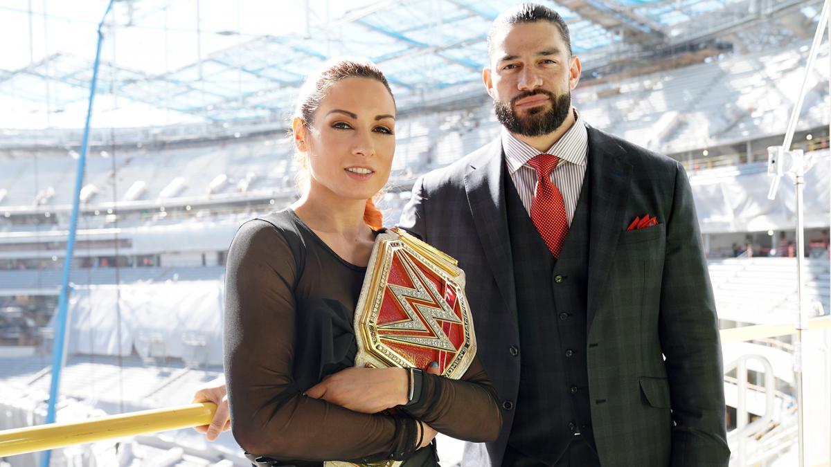 Becky Lynch y Roman Reigns en el SoFi Stadium, hogar de WWE WrestleMania 37 (Inglewood, Los Ángeles, California — 09/02/2020) / WWE