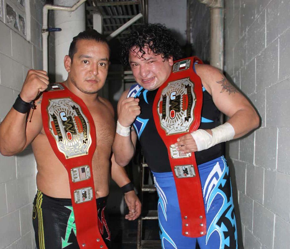 Los Mexitosos (Súper Crazy y Ricky Marvin), Campeones en Pareja UWE (Aniversario 46 Arena Adolfo López Mateos - 19/5/13) / Photo by: Rostro Oculto