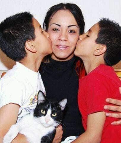 Los hijos de Octagón y Sahori, con su madre