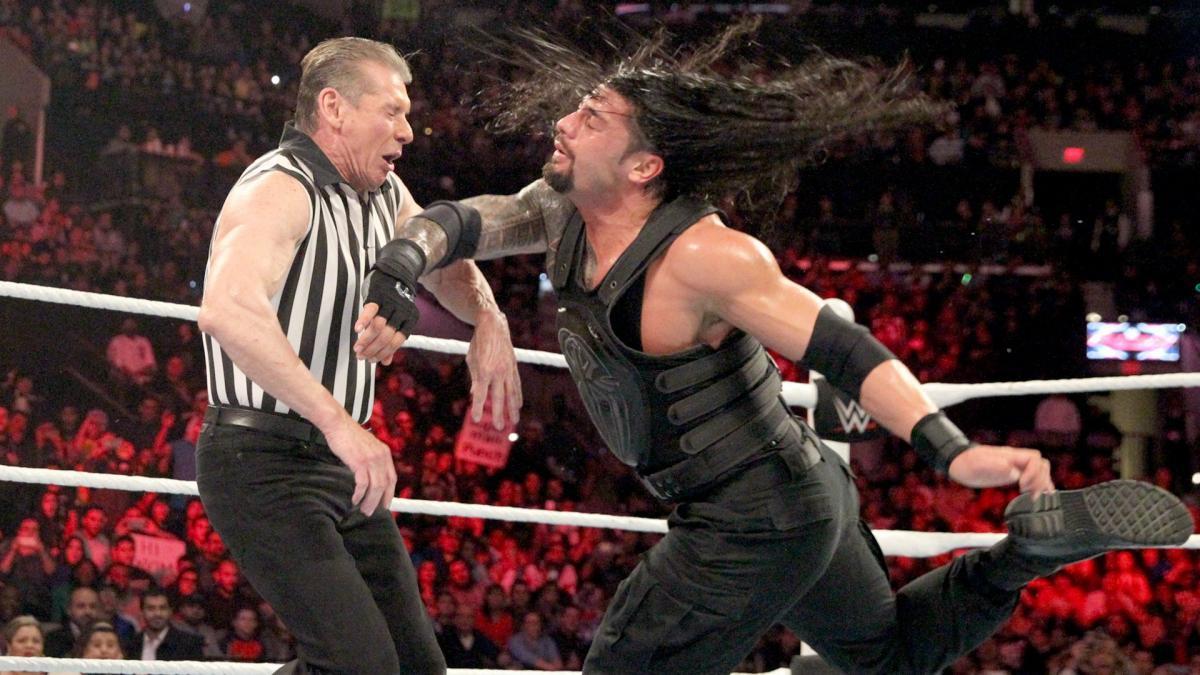 Vince McMahon es golpeado con el Superman Punch por Roman Reigns en WWE Raw (04/01/2016) / WWE Esto opina Vince McMahon de Roman Reigns