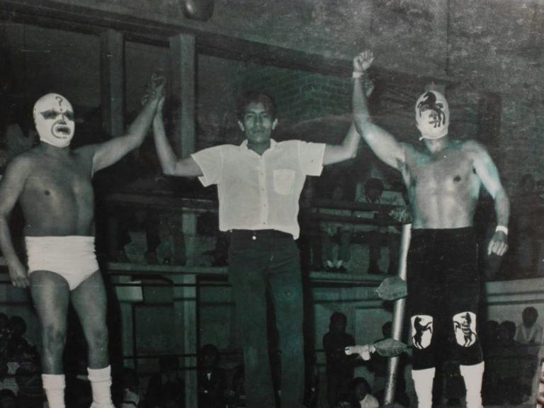La Arena San Juan en plenos setentas: Misterio Blanco y Potro Salvaje, los máximos ídolos, son declarados vencedores por un joven Fresero