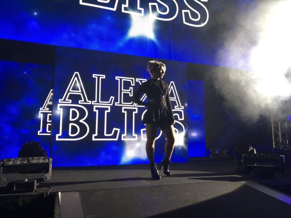 Alexa Bliss, ahora en house shows, sigue ejercitando su rol de mánager 3