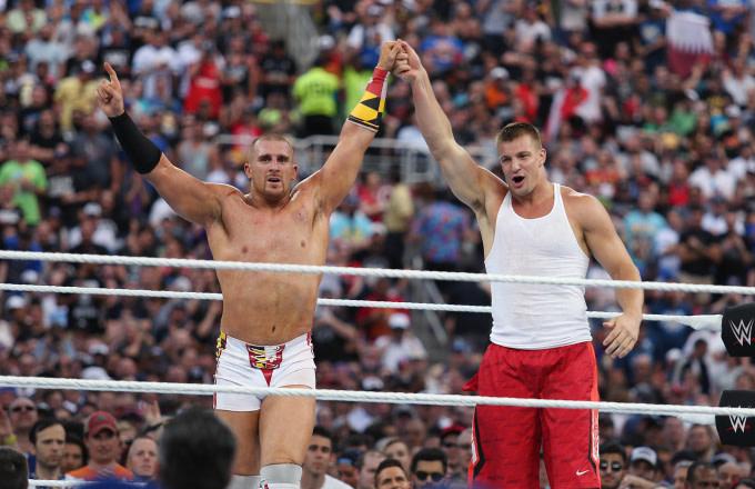 Rob Gronkowski firma con WWE