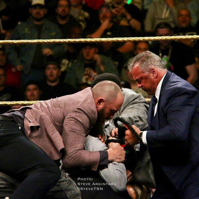 """Travis Browne (peleador de UFC y esposo de Ronda Rousey) y Shane McMahon reducen al fan que atacó a Bret """"The Hitman"""" Hart en el Salón de la Fama WWE Clase 2019 (06/04/2019) / Twitter.com/SteveTSN"""