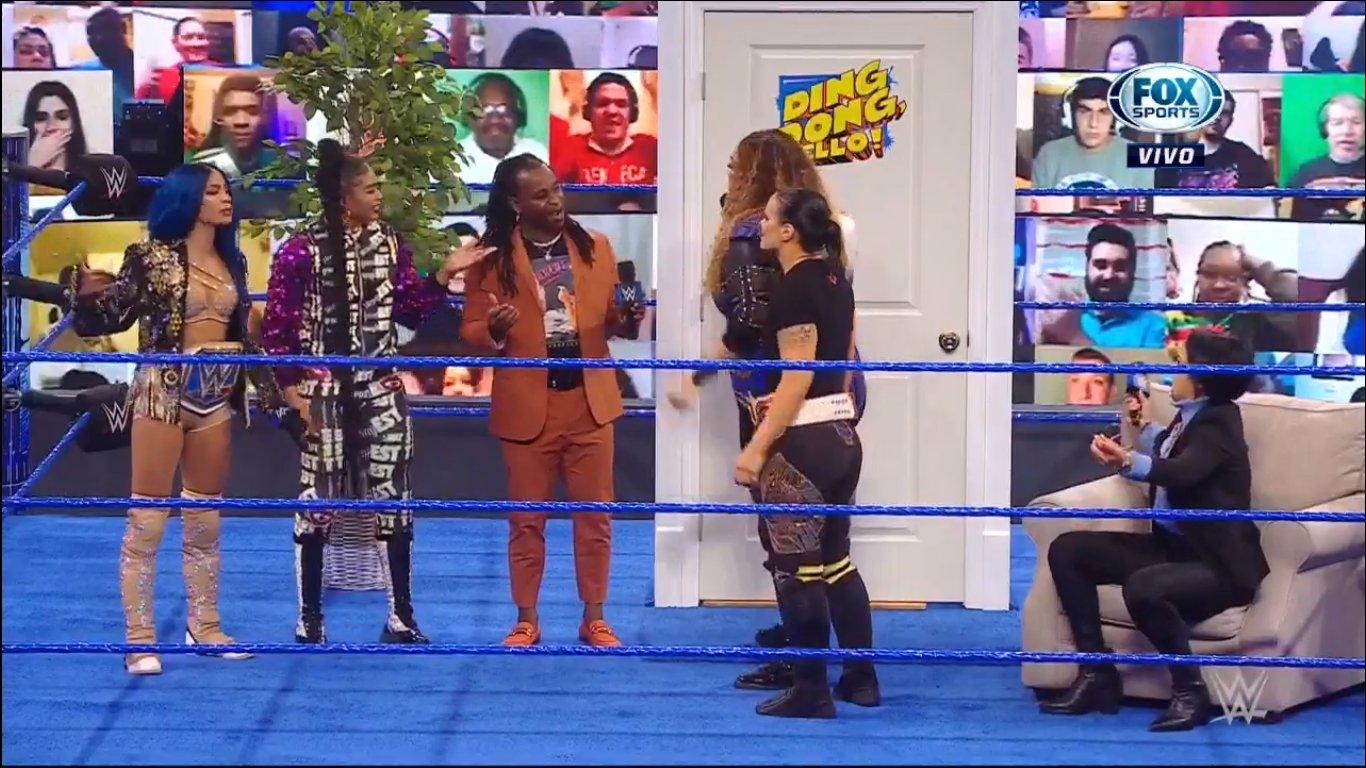 Sasha Banks, Bianca Belair et Reignald avec Nia Jax, Shayna Baszler et Bayley