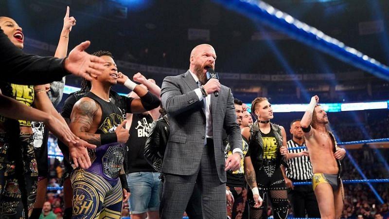 Triple H y parte del elenco de NXT en el episodio de SmackDown del 1 de noviembre de 2019 WWE