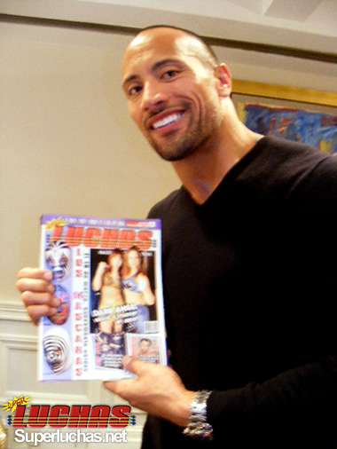 "Dwayne ""The Rock"" Johnson con su revista favorita / Photo by Jose Miguel Alva"