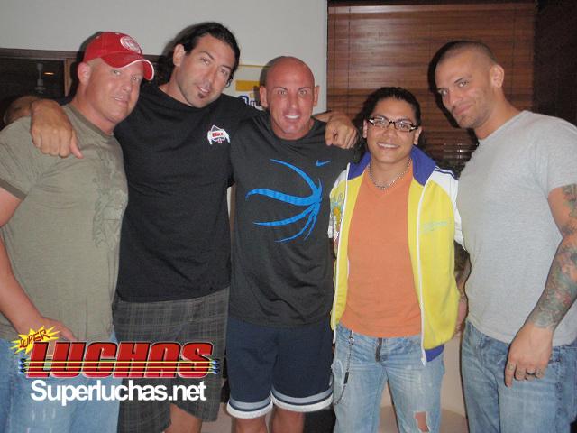 2009: Juventud Guerrera con las estrellas de NWE: Mr. Anderson, Chuck Palumbo, Vito y SJK (Sterling James Keenan, Corey Graves en 2019)