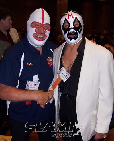"The Destroyer (Richard ""Dick"" Beyer) y Mil Mascaras en la reunión 2006 del Cauliflower Alley Club / SLAM.canoe.ca"