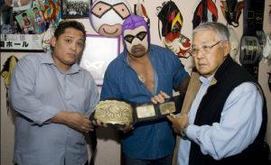 El Presidente de la Comisión de Lucha Libre reconoce a X-Fly como campeón nacional completo. 1