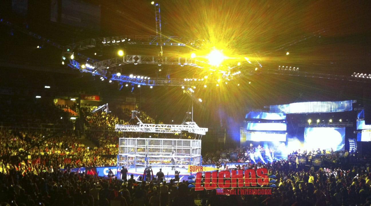 ¡Jack Evans vuela sobre Abyss desde lo más alto de la jaula en AAA TripleManía XIX! / Photo by: Superluchas