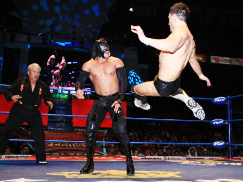 Tremenda Patada de Prince Devitt sobre Volador, Jr. / CMLL.com