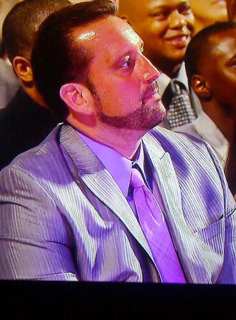 Tommy Dreamer escucha atentamente el discurso de su amigo Edge en el WWE Hall of Fame Class 2012 (31.3.12) / Facebook.com/WWE
