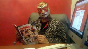 El Jaguar de Colombia leyendo la Revista Súper Luchas y visitando Superluchas.net / Facebook.com/ElJaguardeColombia