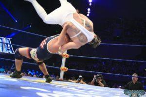 Kurt Angle castiga a Electroshock en Triplemania XX / Imagen cortesía de Luchalibre AAA para Súper Luchas