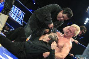 Dorian Roldán y Jeff Jarrett rapan a Joaquín Roldán / imagen cortesía de Lucha Libre AAA para Súper Luchas