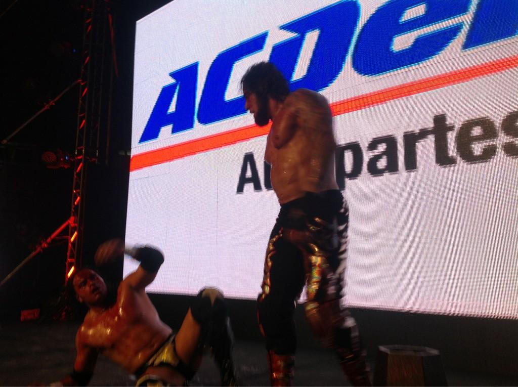 """El Mesías vs. Texano Jr. por el Megacampeonato AAA / AAA Guerra de Titanes 2012 - Auditorio """"Benito Juárez"""" de Zapopan, Jal. - 2 de dic. de 2012 / Imagen by @Lucha_Libre_AAA en Twitter"""