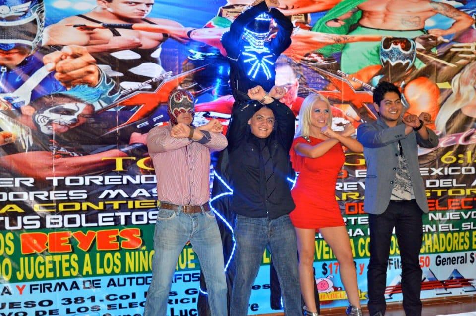 """Super X Wrestling: Tony Vamper (Productor Asociado/ElectroLucha), Juventud Guerrera (Director General), Setsuko Takahashi (Gerente General) y Carlos """"Charly"""" Gálvez (Jefe de Relaciones Publicas) en Conferencia de Prensa / Arena del Sur - 12 de diciembre de 2013 / Imagen by Super X.Lucha Libre en Facebook"""