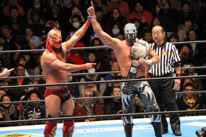 La Sombra, nuevo Campeón Mundial Histórico NWA de Peso Medio, es reconocido por el revolucionario y exmonarca Dragón Rojo Jr. / Fantasticamania 2013 - Korakuen Hall de Tokio, Japón - 20 de enero de 2013 / Photo by @PrinceMasa019 en Twitter