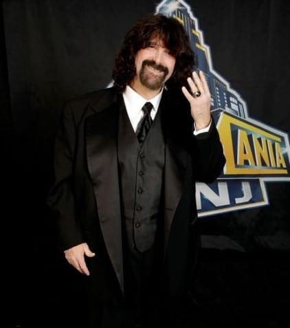 Mick Foley con el Anillo de WWE Hall of Famer Class 2013 (6/4/13) / Facebook.com/WWEHOF
