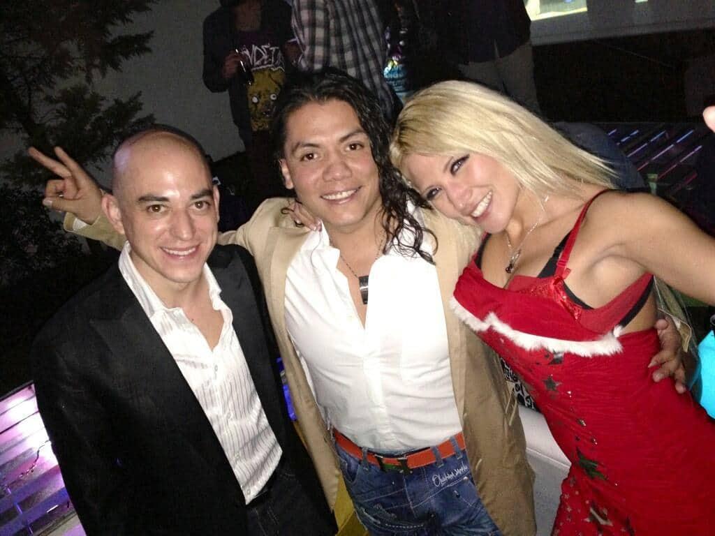 """Juan Frese (Agente Frese), Juventud Guerrera y Setsuko Takahashi en la fiesta de """"Mr. Pimp Dog"""" / 30 de abril de 2013 / Photo by @JUVENTUDGUERRE2 en Twitter"""