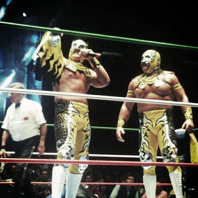 Último Guerrero presenta al Gran Guerrero, su hermano menor, en el 30 aniversario de Atlantis / Arena México - 3 de mayo de 2013 / Photo by @Anicetagtz en Twitter