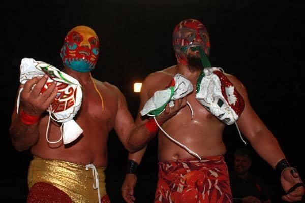 Canek y Canek Jr. con algunas máscaras del Dr. Wagner Jr. / Image by WWL Mundial en Facebook