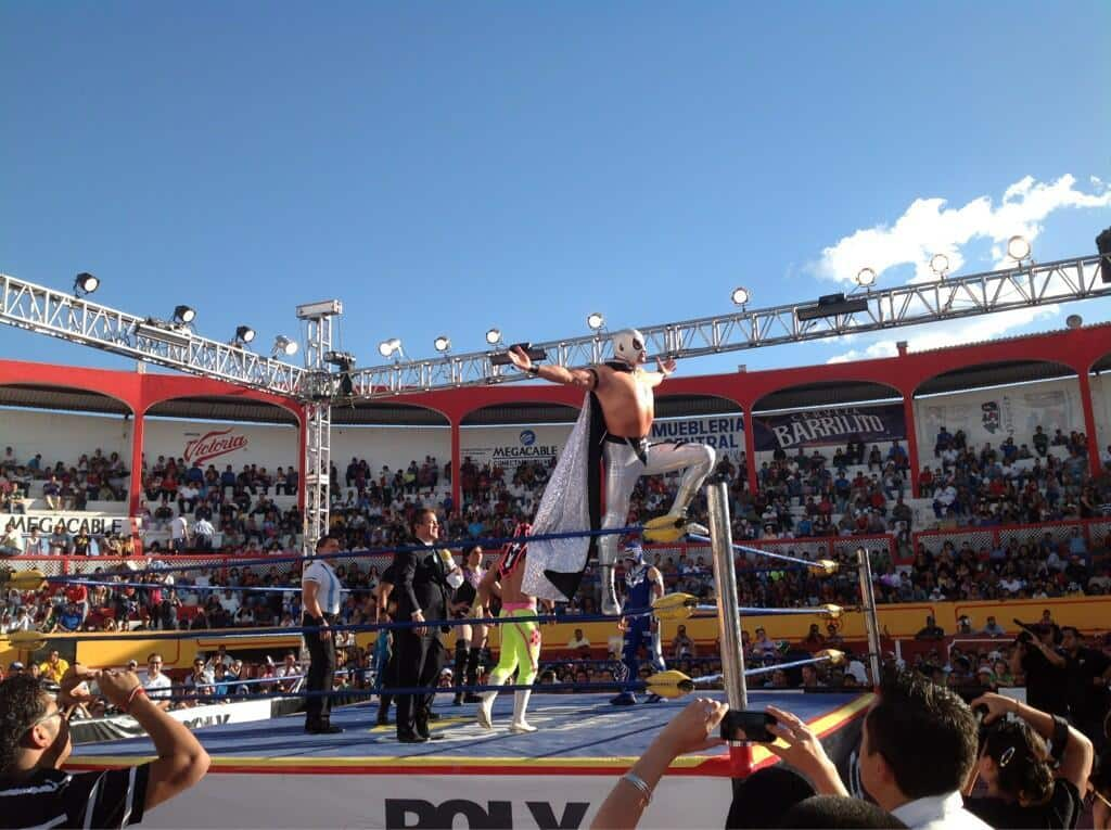 """Axel """"El Nieto del Santo"""" se presenta en Triple A / Plaza de Toros """"Alejandra"""" de Durango – 12 de mayo de 2013 / Photo by @Lucha_Libre_AAA en Twitter"""