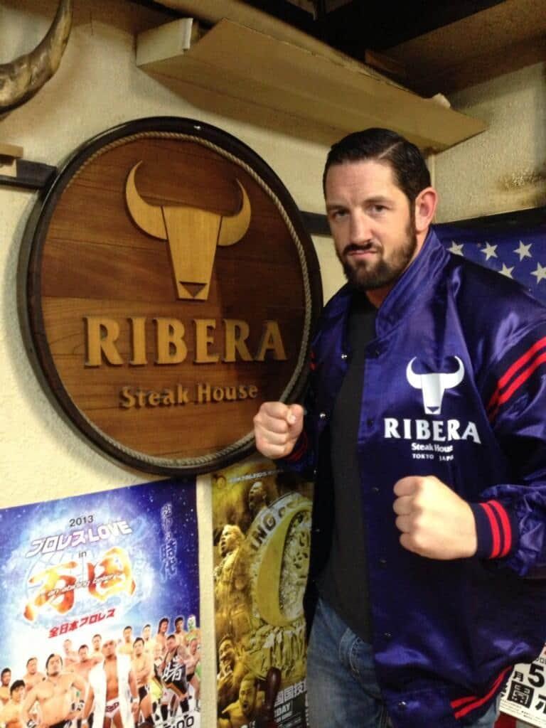 Wade Barrett en Ribera Steak House // Imagen por Twitter @Wade Barrett