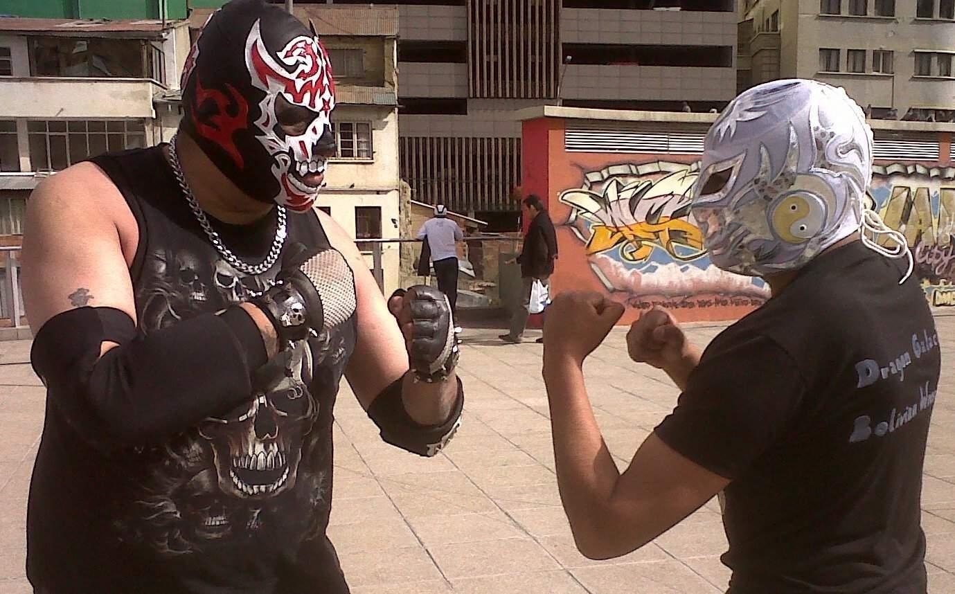 Estertor (izquierda) y Dragón Galáctico I (derecha) exponen su Máscara y Nombre en Lucha Extrema (New Xtreme Order - Coliseo Cerrado Julio Borrelli Viterito - La Paz, Bolivia - 30/6/13)