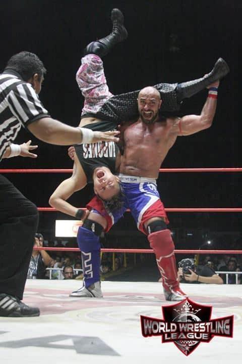 Heddi Karaoui aplica La Karaouina a Eita Kobayashi (Arena Coliseo de Monterrey - 7/7/13) / Photo by: Alejandro Islas - Cortesía de WWL (World Wrestling League)