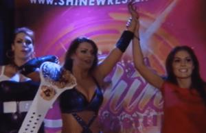 Campeona de SHINE, Rain acompañada de April Hunter e Ivelisse.