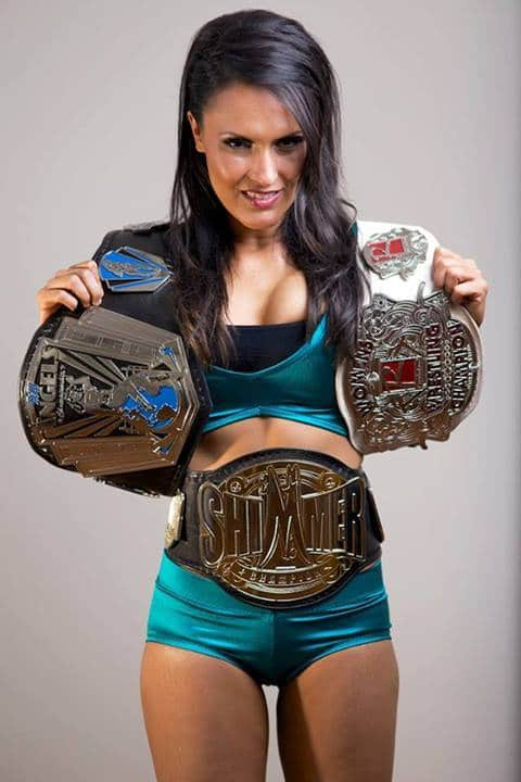 Cheerleader Melissa, Triple Campeona: River City Wrestling Angels Divison Champion (derecha), Pro Wrestling Revolution Women's Champion (izquierda) y Simmer Champion (cintura)
