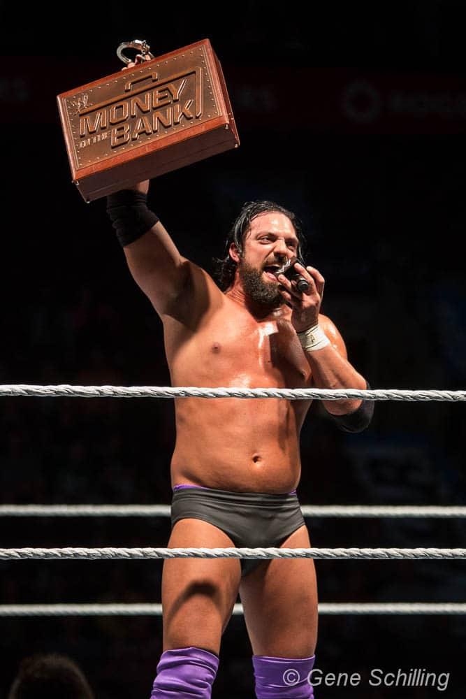 Damien Sandow con su versión personalizada del Maletín Money in the Bank 2013 por el WWE World Heavyweight Championship / Photo by: Gene Schilling - Flickr.com