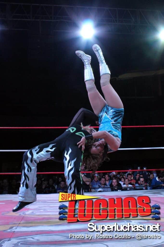 Rossy Moreno ataca a Lady Apache con un Suplex (Todo x El Todo - 30/11/13) / Photo by: Rostro Oculto - @isrostro