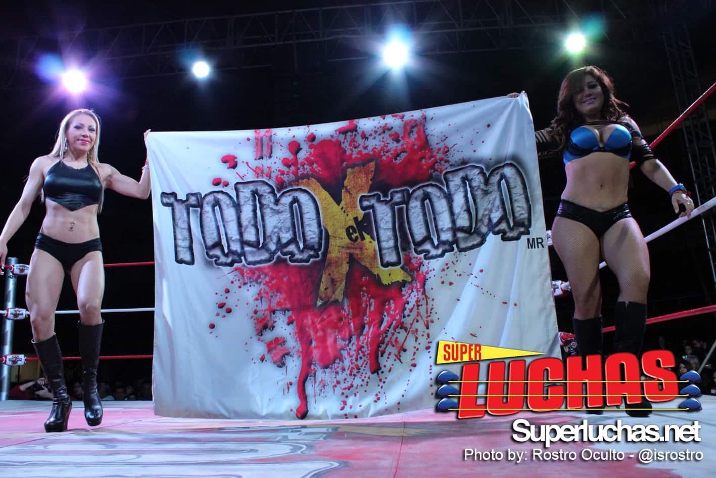 Bellas Edecanes sostienen el logo de Todo x El Todo (30/11/13) / Photo by: Rostro Oculto - @isrostro